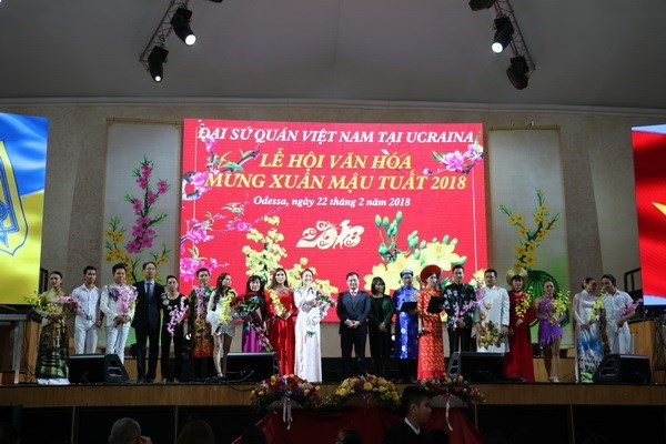 Spring festival kicks off Vietnamese culture year in Ukraine hinh anh 1