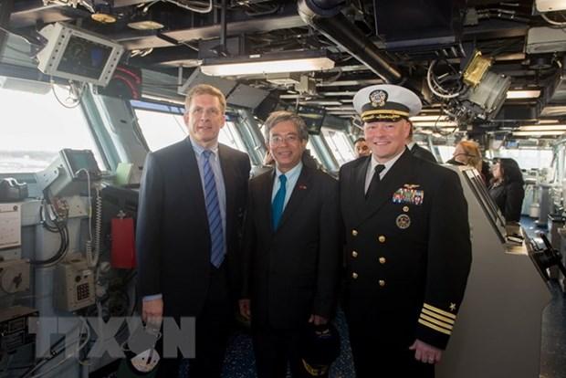 Vietnamese Ambassador visits US aircraft carrier in Norfolk hinh anh 1
