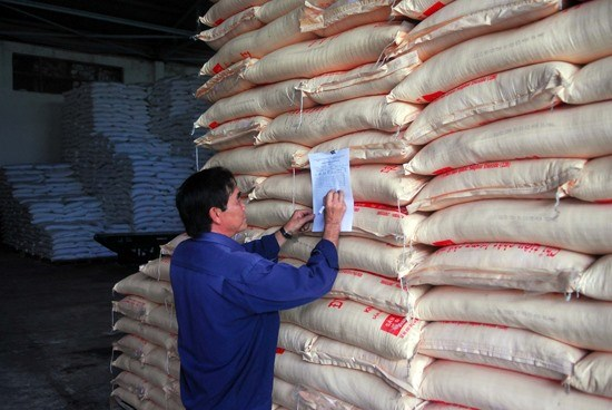 Sugar prices plunge on smuggling hinh anh 1