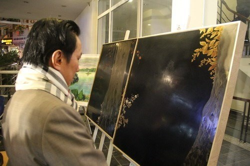 Art exhibition on Hoan Kiem Lake kicks off hinh anh 1