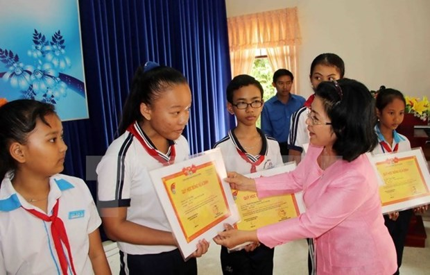 Vu A Dinh Scholarship Fund inspires poor students' dreams hinh anh 1
