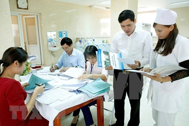 Deputy PM lauds health workers hinh anh 1