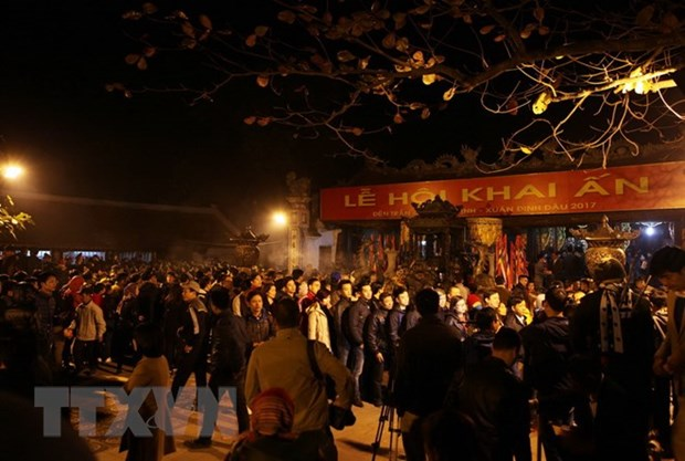 Northern festivals remembering Tran Dynasty draw public crowds hinh anh 8