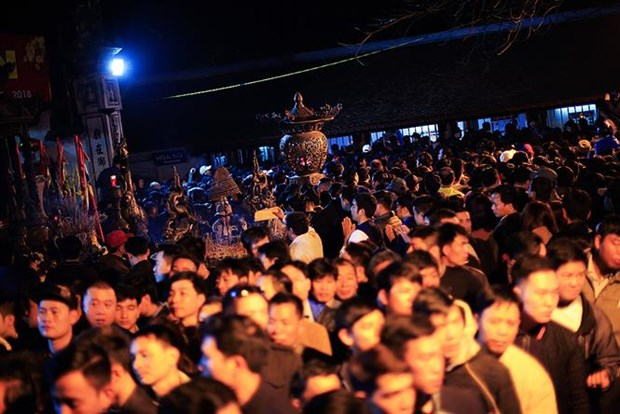 Northern festivals remembering Tran Dynasty draw public crowds hinh anh 6