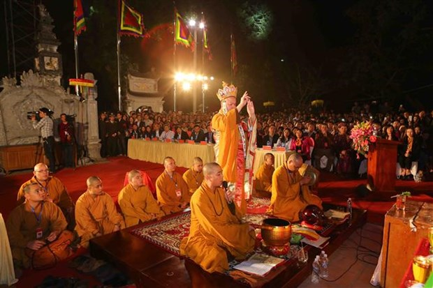 Northern festivals remembering Tran Dynasty draw public crowds hinh anh 2