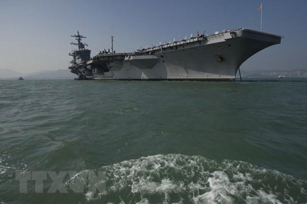 Vietnam officials visit US aircraft carrier hinh anh 1