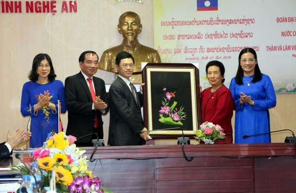 Lao NA committee for ethnic affairs delegation visits Nghe An hinh anh 1