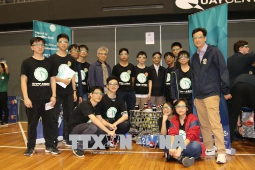 Vietnamese students show creativity in making robots hinh anh 1