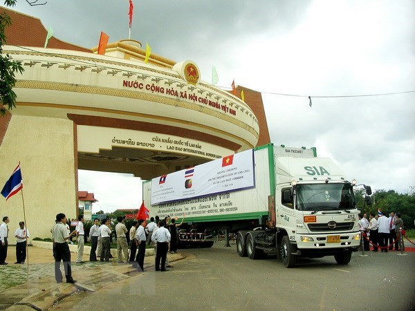 Vietnamese, Lao provinces seek to boost cross-border trade hinh anh 1