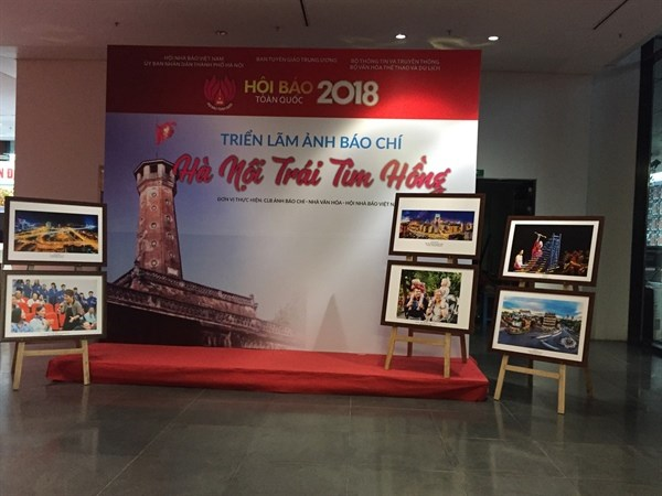 Hanoi brimful of vitality spotlighted at photo exhibition hinh anh 1