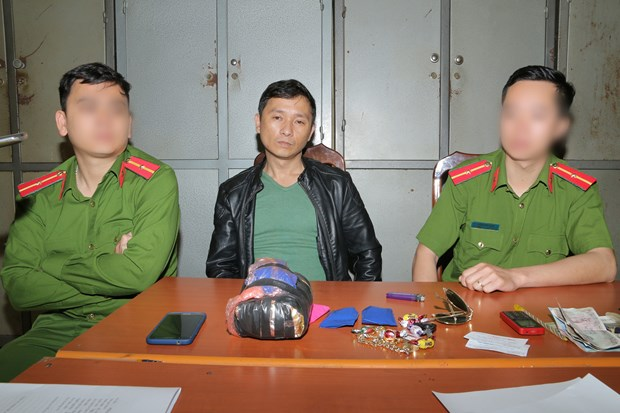 Drug smuggler caught in Hoa Binh province hinh anh 1