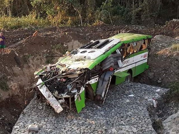 Philippine bus accident leaves 19 dead, 25 injured hinh anh 1