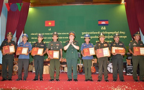 Winners of writing contest on Vietnam-Cambodia ties awarded hinh anh 1