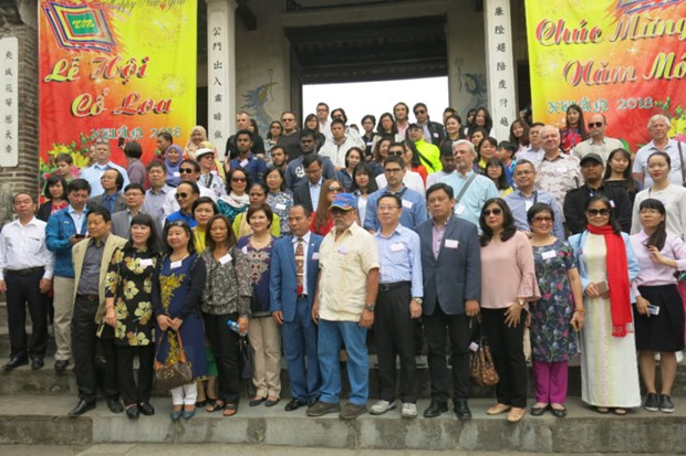 Friendship tour connects foreign diplomats, officials in Hanoi hinh anh 1
