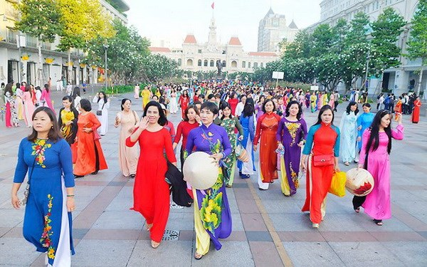 Over 100,000 people join HCM City Ao Dai festival's activities hinh anh 1