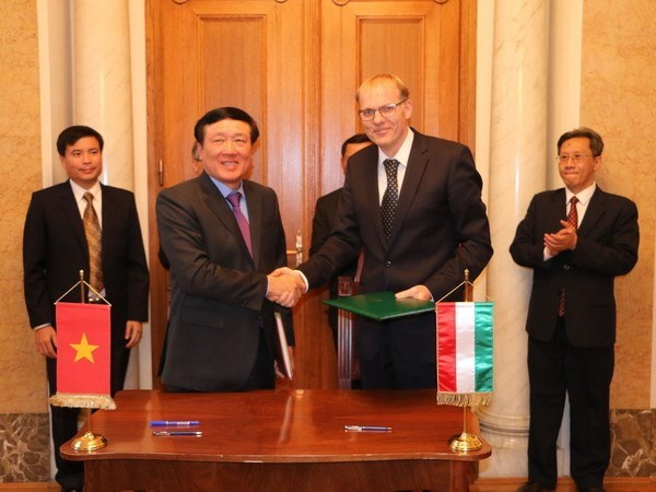 Vietnam, Hungary supreme courts sign MoU hinh anh 1