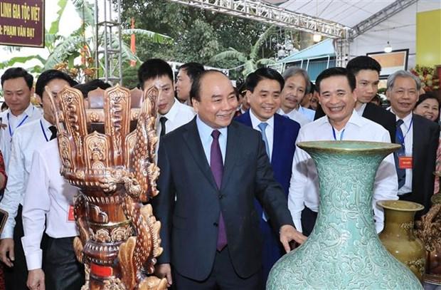 PM visits Bat Trang ceramics village hinh anh 1