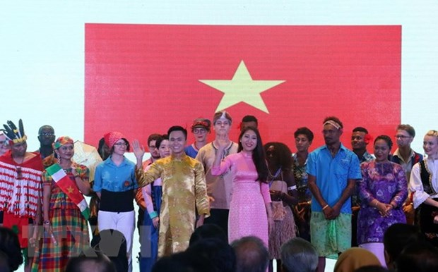 Indonesia presents cultural scholarships to foreign students hinh anh 1