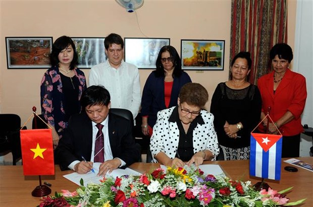 Vietnam, Cuba sign cooperation documents during Party chief's visit hinh anh 1