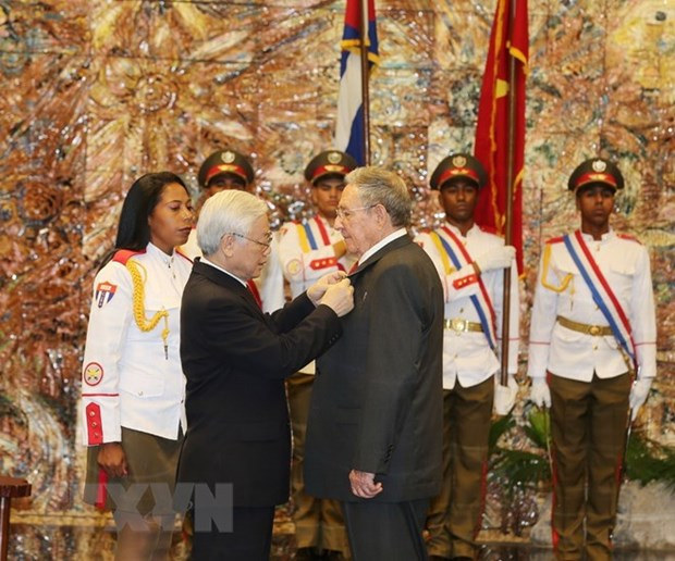 Party chief presents Golden Star Order to Cuban leader hinh anh 1