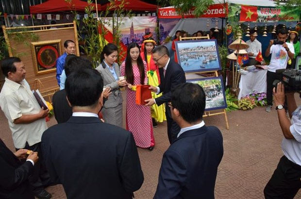 Vietnam promotes images in ASEAN+3 festival in Cambodia hinh anh 1