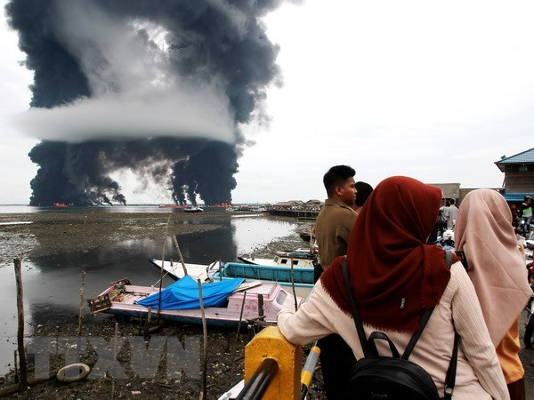 Indonesia declares emergency after oil spill hinh anh 1