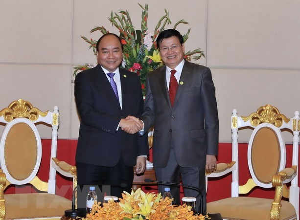 Vietnamese PM meets Lao counterpart in Cambodia hinh anh 1