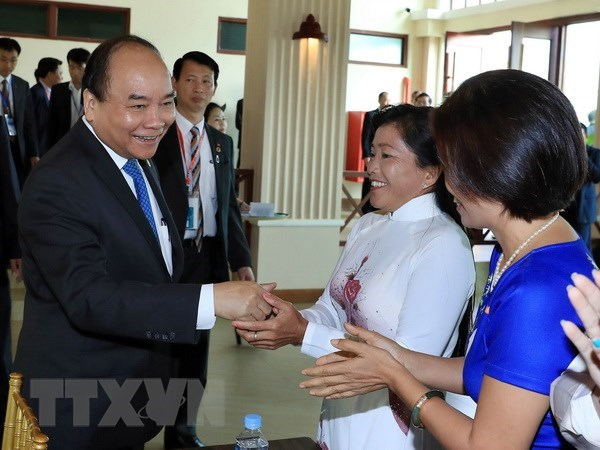 PM meets Vietnamese Cambodians in Cambodia hinh anh 1