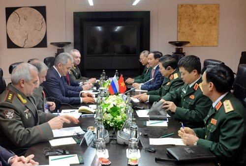 Vietnam, Russia sign military cooperation roadmap for 2018-2020 hinh anh 1