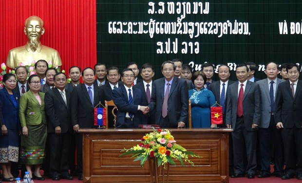 Vietnamese, Lao provinces reinforce multifaceted cooperation hinh anh 1