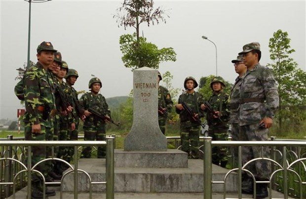 Vietnamese, Chinese border guards hold joint patrol hinh anh 1