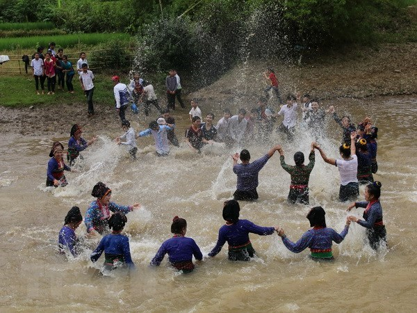 Water splashing festival recognised as national intangible cultural heritage hinh anh 1