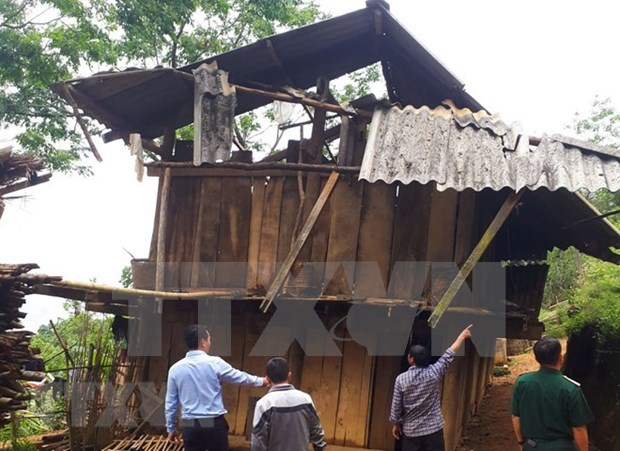 Whirlwinds tear roofs off hundreds houses in northern provinces hinh anh 1