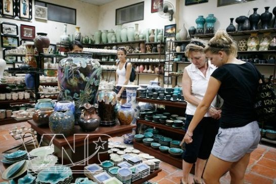 Travel tours, craft villages paired to promote Vietnamese goods hinh anh 1