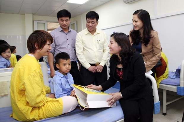 Gifts presented to children with cleft lip, palate hinh anh 1