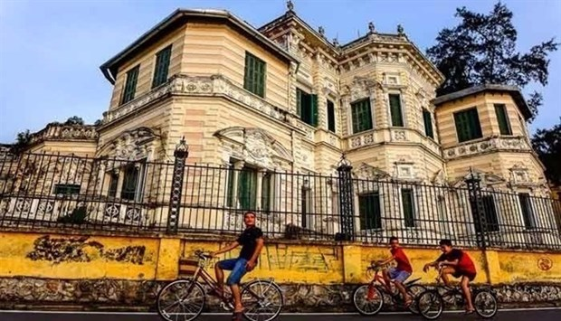 Walking tour helps visitors discover Hanoi hinh anh 1