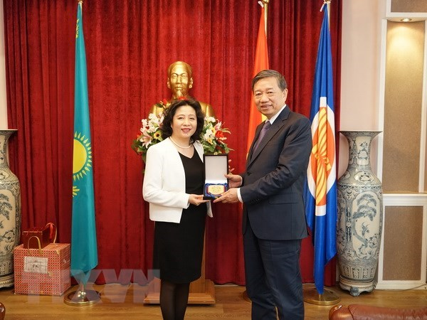 Public Security Minister visits Vietnamese embassy in Kazakhstan hinh anh 1