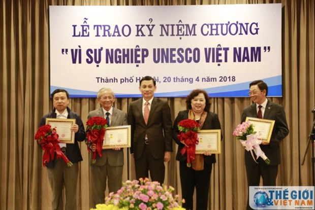 20 individuals presented with UNESCO Vietnam insignia hinh anh 1