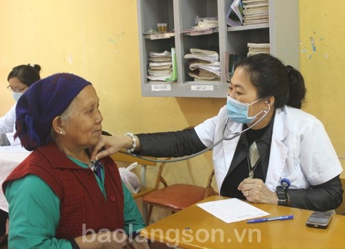 Institute provides free medicines for poor people in Lang Son hinh anh 1