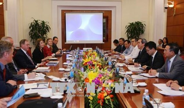 Chairman of Party's economic commission hosts int'l energy experts hinh anh 1