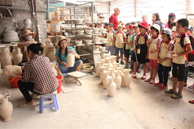 Hanoi's craft villages lack skilled labourers hinh anh 1