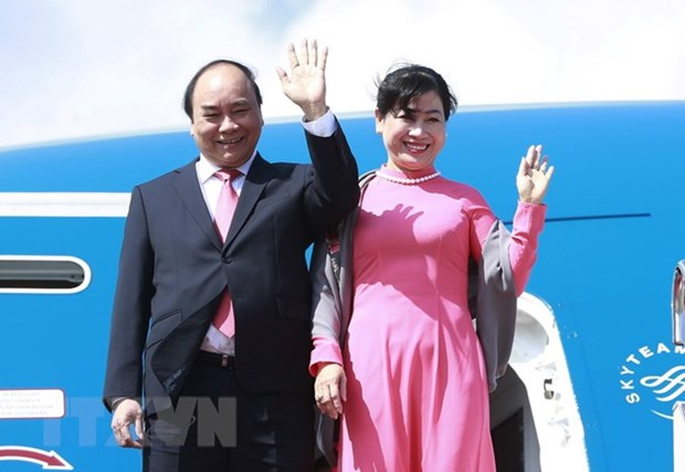 PM leaves for Singapore official visit, ASEAN Summit participation hinh anh 1