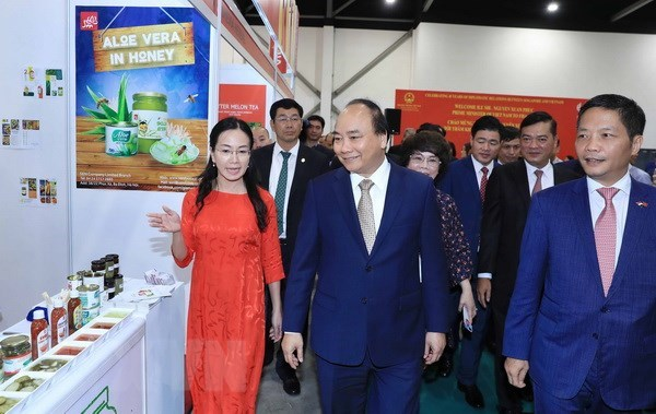 PM visits Vietnam's pavilion at Food & Hotel Asia 2018 in Singapore hinh anh 1