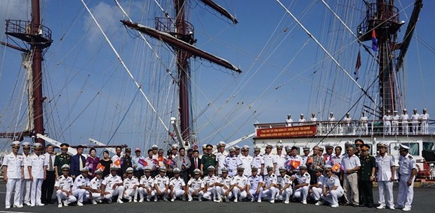 Vietnam People's Navy ship visits Cambodia hinh anh 1