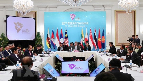 PM attends plenary of ASEAN Summit hinh anh 1