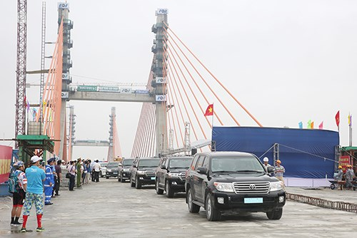 Final sections of Bach Dang bridge joined hinh anh 1