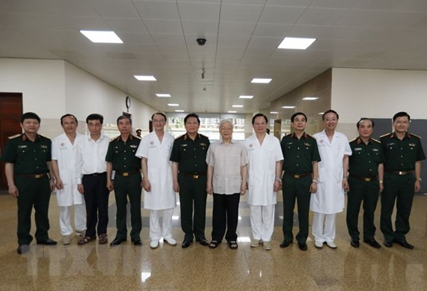 Party chief congratulates former senior leaders on 80-year Party membership hinh anh 1