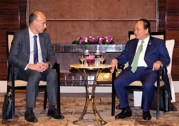 PM joins round-table discussion with international firms hinh anh 2