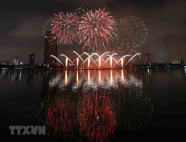 Da Nang fireworks festival tells legends of bridges hinh anh 1
