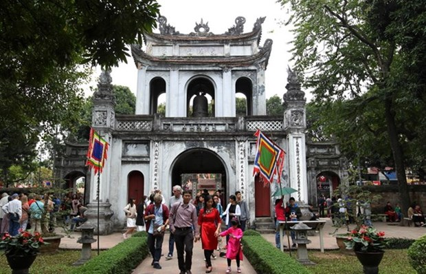 Tourists crowd Hanoi's places of interest during four-day holiday hinh anh 1